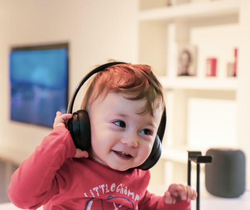 enfant ecoutant de la musique